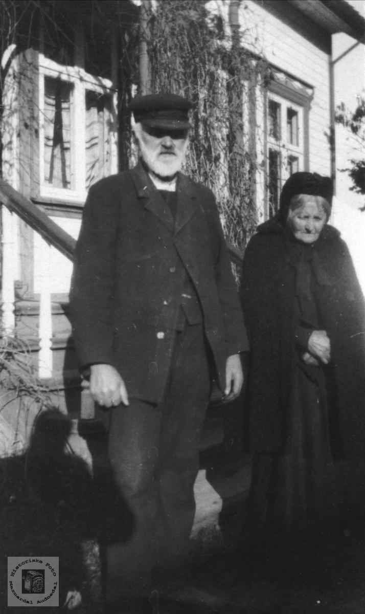 Jørgen Øyslebø med svigermor Sille Johanne Svinestad, Holum.