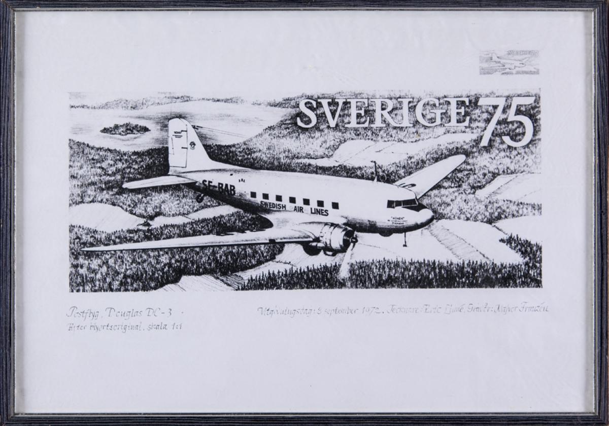 Inglasat svartvitt tryck i form av en frimärksförslaga, postflyg DC:3. Monterad i en svart ram av trä.