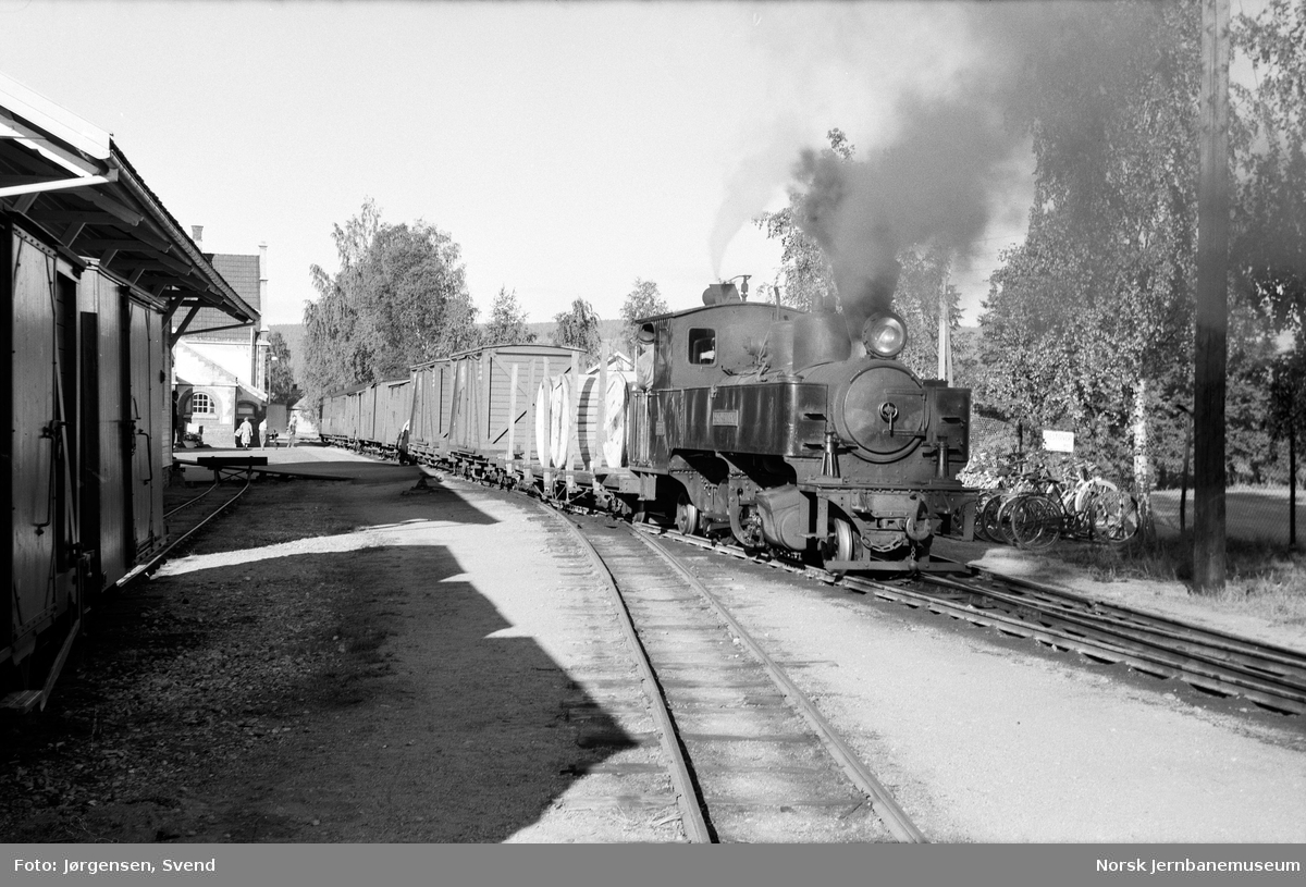 "Damplokomotiv nr. 4 ""Setskogen"" under skifting på Sørumsand stasjon - sammenskiftng av tog 2051"