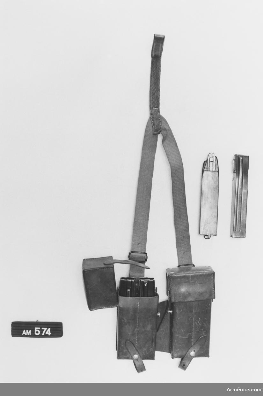 Typ framväskor. Innehåller fyra st 50-skotts-magasin till kpist m/1943 och m/1943-44. System Suomi. Schweizisk gåva.  Samhörande nr är 511-599, 700-701.