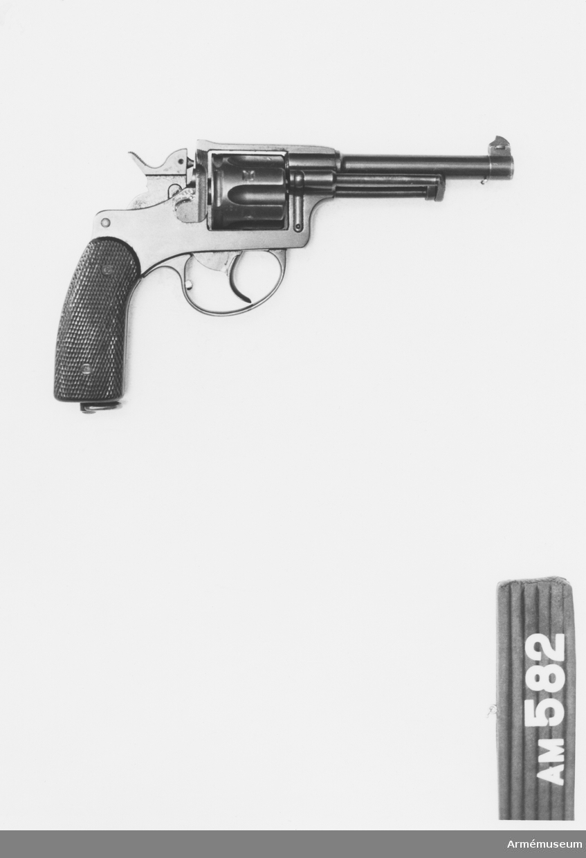 Samhörande nr är 511-599, 700-701 (582-584). Revolver m/1882-1929, Schweiz. Skiljer sig från ursprungsmodellen genom att pipan är rund, att kolvkapporna är av bakelit i stället för av trä och att alla delar är svärtade. Kaliber: 7,5 mm. Schweizisk gåva.