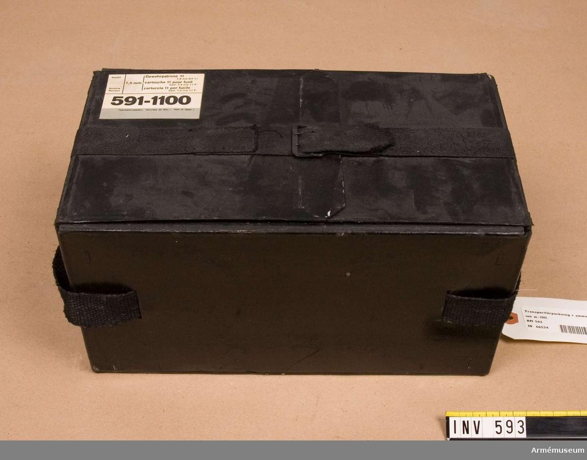 Samhörande nr är 511-599. 700-701. Transportförpackning f ammunition m/1911. Av unica. Förpackningen är tom. Schweizisk gåva.