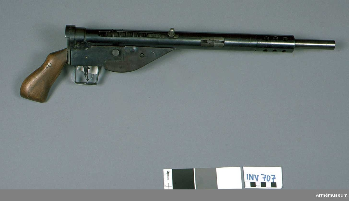 Danskt partisanvapen från 1940-talet.   Enligt personliga uppgifter från givaren, fru E von Dardel  (Karlaplan 9 A, Stockholm) är vapnet tillverkat för danska  motståndsrörelsen BOPA och överlämnat till Sveriges ambassadör i  Köpenhamn, Gustaf von Dardel, som tack för de tjänster han  gjorde denna rörelse under 2:a världskriget.  Samhörande nr är 707-708.