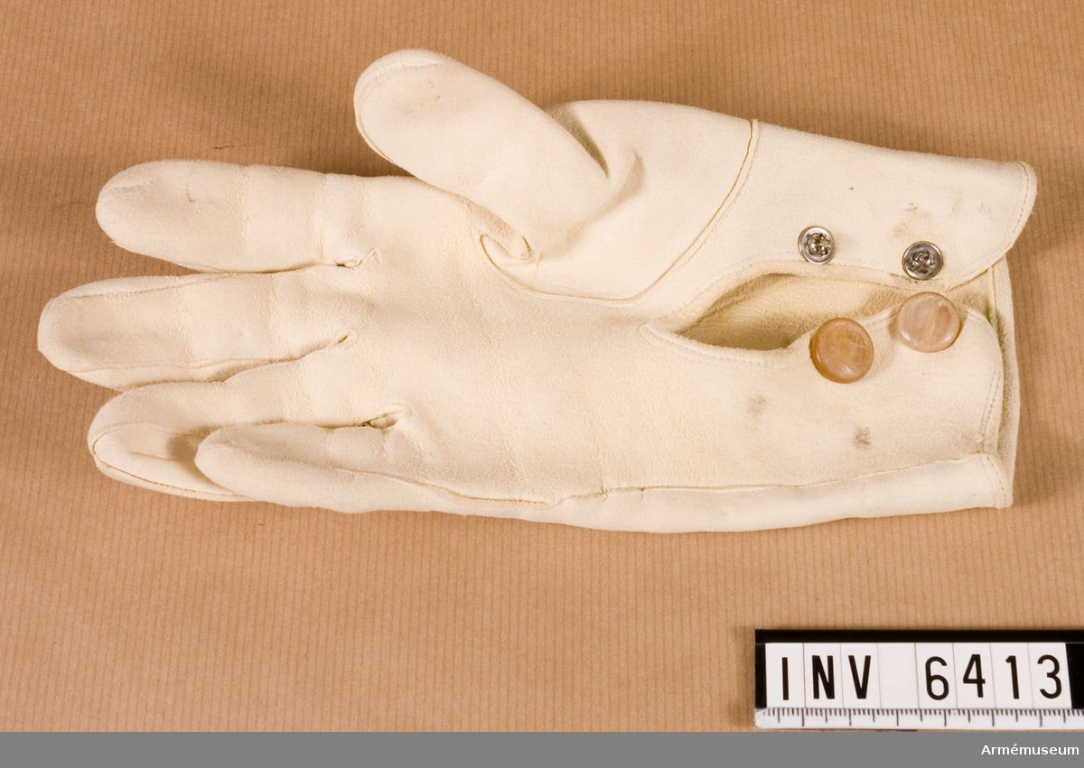Handske t parad. Användes t paraddräkt. Kallas också tvättskinnshandske, som kommer av att handskarna är lätta att tvätta i tvålvatten.