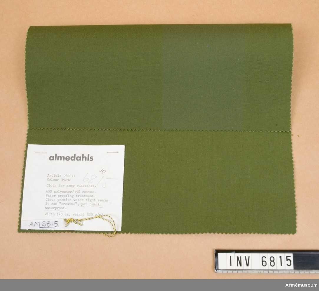 """Väv till ryggsäck, prov, FMV. 1981. Mått 300 x 170 mm. Textil avsedd för arméns ryggsäckar. Materialet andas och är  vattenavvisande. 65% polyester och 35% bomull. I samband med  utställningen """"Rustning utrustning"""" 1981 fick vi detta material  vilket också visades på utställningen."""
