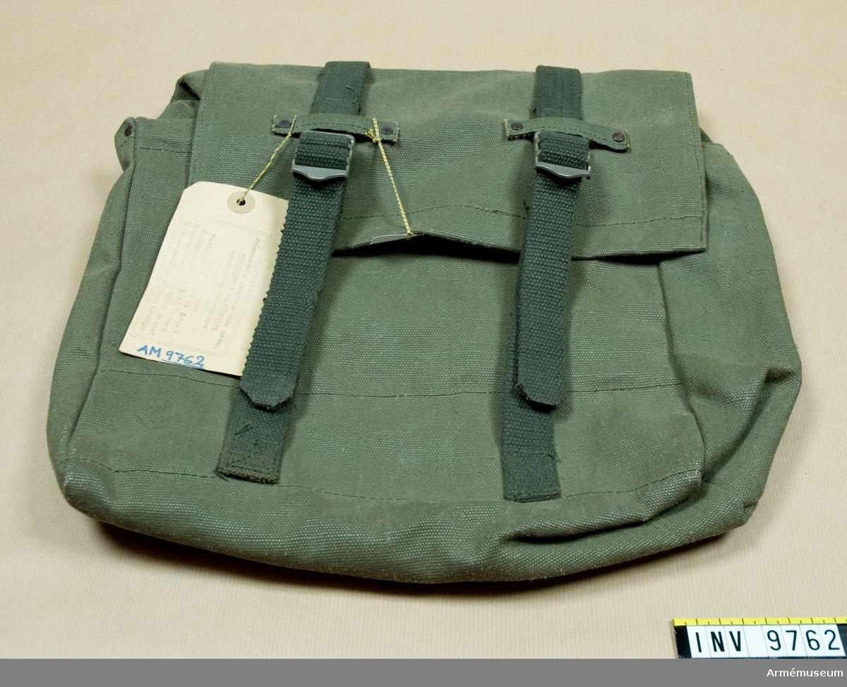 Väska till stridssele. Av gråbrungrön smärting med mörkare gröna cordband. Tillverkad omkring 1974.