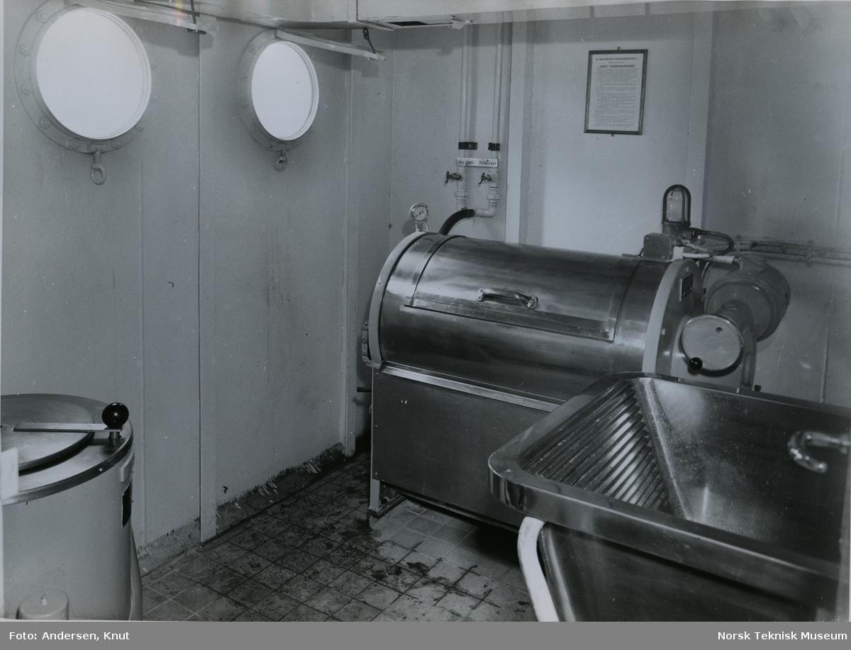 Vaskerom på tankeren M/S Freddy, B/N 510. Skipet ble levert av Akers Mek. Verksted i 1955 til Johs. Hansen rederi.