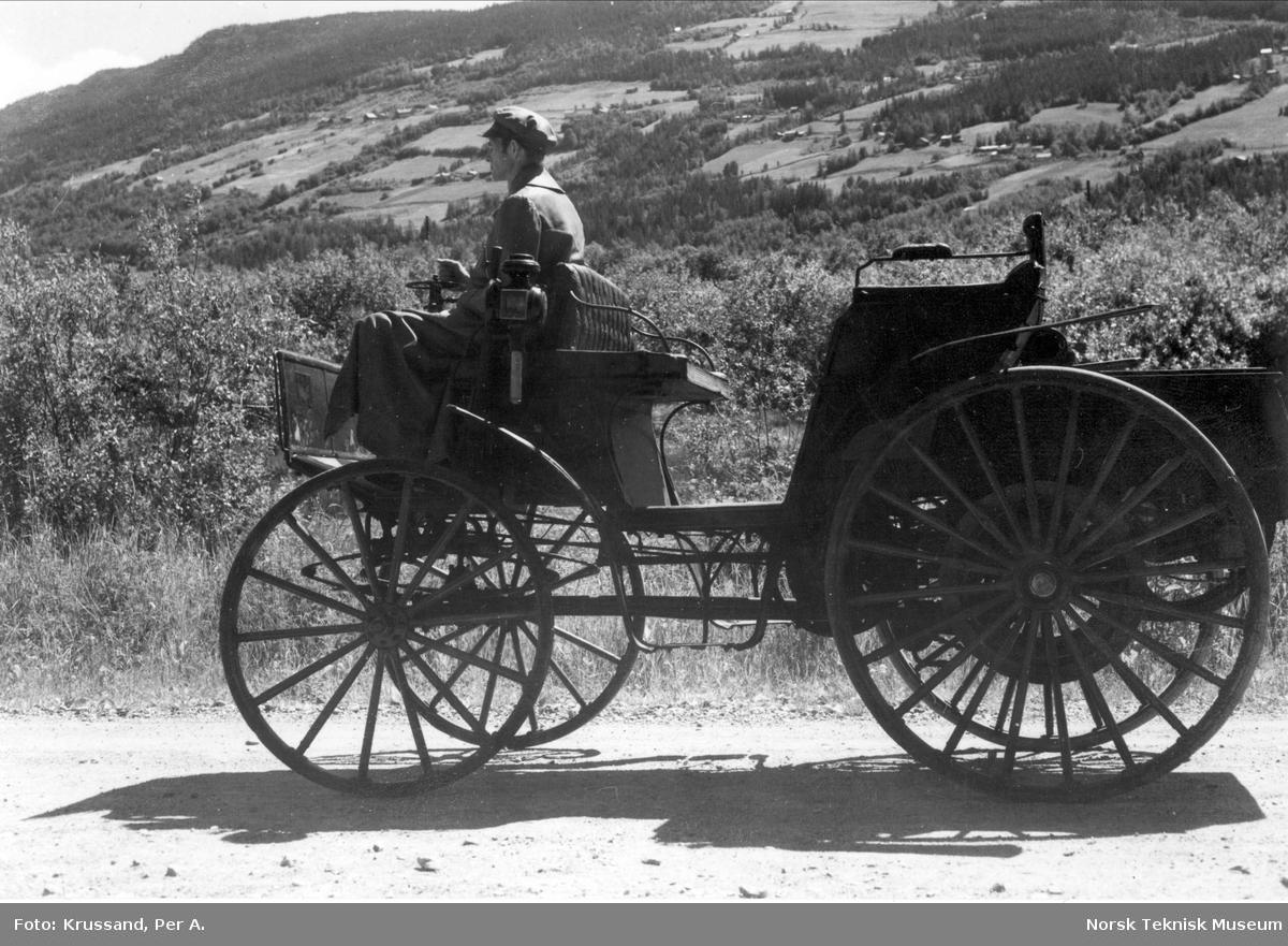 Benz 1895 : Norges eldste bil fotografert ved Forr i Ringebu, 1. juli 1971. Ved rattet direktør Torleif Lindtveit (NTM 7)