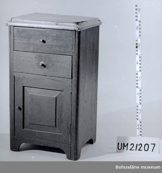 594 Landskap BOHUSLÄN  Avdelning för tvättfat, låda och skåp för potta. Locket klätt med segelduk  UMF 1:6