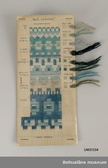 Avlång handtillverkad mönsterritning för mönstret Blå skimmer, halsremsan, av Anna-Lisa Mannheimer-Lunn, Bohus Stickning 1949. Åtta olika nyanser av blått, grått och grönt i eja- och angoragarn. Mönstret är uppritat i tusch och färglagt med pastell- eller vaxkrita på blårutat millimeterpapper, uppklistrat på pappkartong. Utmed högersidan hål gjorda med hålslag med mönstrets olika garner fästade med uppgift om kvalitet/sort och färgnummer. Stämplat BOHUS STICKNING på baksidan. Tretton små nystan och härvor som blivit över vid stickning av modellens ok, sammanhållna i ett papperssnöre; samt två små nystan i jumperns bottenfärg.