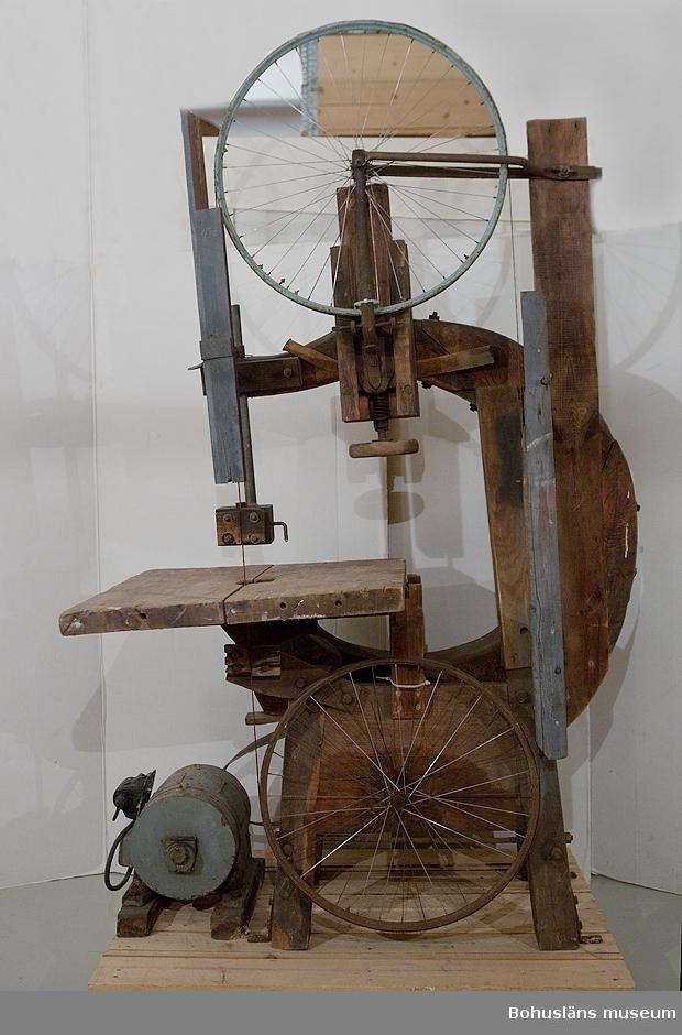 Bandsåg för remdrift  tillverkad på 1920-talet av varvets grundare Viktor Löfberg. Sågen är helt byggd av handtillverkade delar av huvudsakligen trä. Stommen utgörs av kraftigt skeppstimmer av ek av delvis självvuxet ämne sammanhållen av kraftig bult. Höj- och sänk- och tippbart sågbord, 74 x 70 cm.  Sågklingan leds runt via två vanliga cykelhjul. Seprat motor som driver via rem. Extra sågklingor.