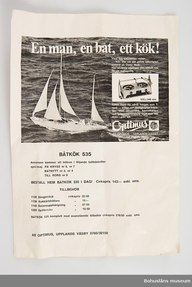 """Tvålågigt kök av vitemaljerad plåt. Spisringar av blåemaljerad metall. Vred av rödbrun plast. På framsidan märkt PRIMUS. Till köket hör en tryckt beskrivning med bl.a. följande text: """"En man, en båt, ett kök! Visst tog ChIchester risker... ...men inte när det gällde säkerheten ombord på Gipsy Moth. Han använde nämligen vårt båtkök 535 för sin matlagning Köket finns för såväl fotogen som T-sprit - billiga och lättillgängliga bränslen. Med slingerräck, kastrullhållare och balansupphängning lagar man mat även i grov sjö."""" Tillhörande originalförpacknng av vit frigolit. Samhör med UM031651 och UM031652."""