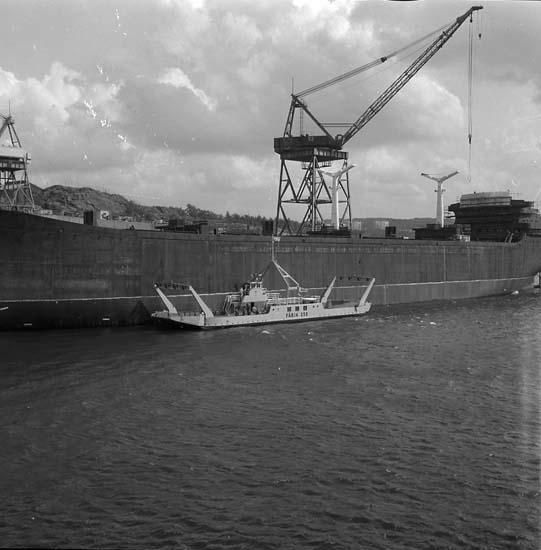 Bilfärja nr 258 vid sidan av ett fartyg för utrustning, Sörvik. Färjan byggdes på skolan.