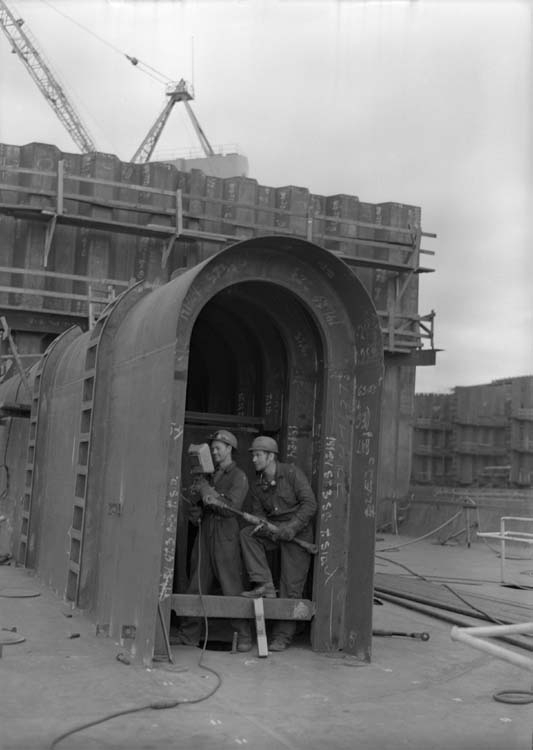 Plåtslagare i tunnel till propelleraxel.
