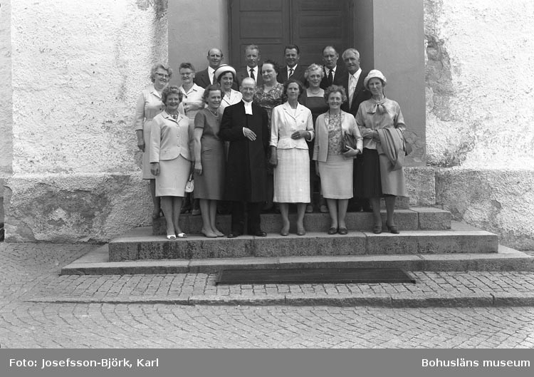 1926 års konfirmander framför Skredsviks kyrka vid återträff