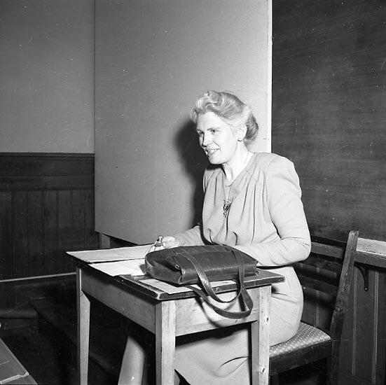 """Enligt notering: """"Flickskolan 8/5 1947""""."""