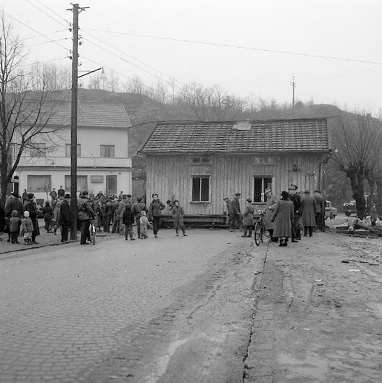 """Enligt notering:""""Hus flyttas, spärrar gata vid Isebergsvägen - Husebergsgatan 31-1-1955""""."""