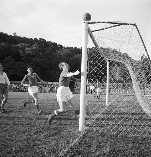 """Enligt notering: """"Fotboll Kamraterna - Munkedal Rimnersvallen juni 1955""""."""