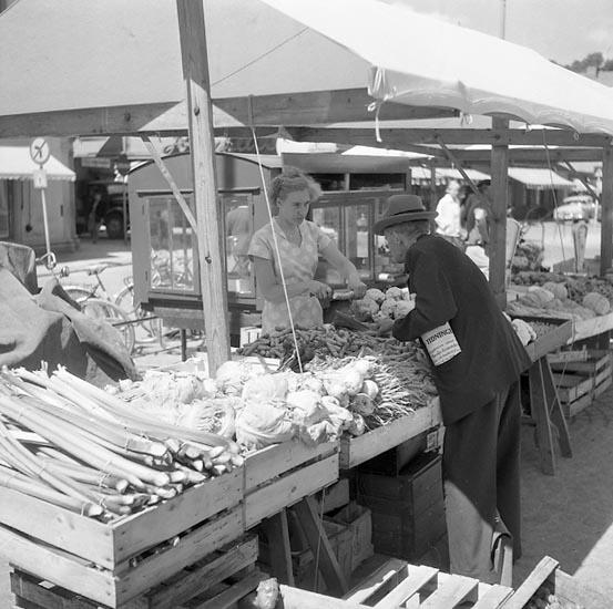 """Enligt notering: """"På torget i U-a 9 juli 1955""""."""