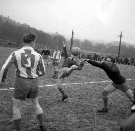 """Enligt notering: """"Fotboll Oddevold Karlstad 20/4 -58""""."""