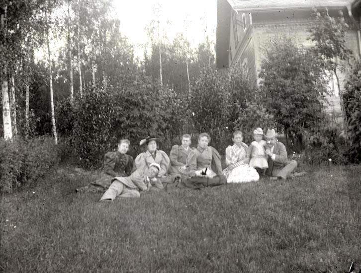 """Ungdomar vid """"stugan"""" den 28 juni 1894. Bästa plåten, som är skafd i ena hörnet."""
