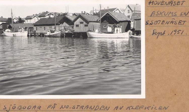 """Noterat på kortet: """"HOVENÄSET ASKUMS SN. S. SOTENÄSET Sept. 1951. SJÖBODAR PÅ NO. STRANDEN AV KLEFKILEN""""."""