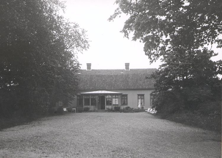 """Noterat på kortet: """"FOSS PRÄSTGÅRD"""". """"FOTO (C 49) DAN SAMUELSON 1924. KÖPT AV DENS. DEC. 1958""""."""