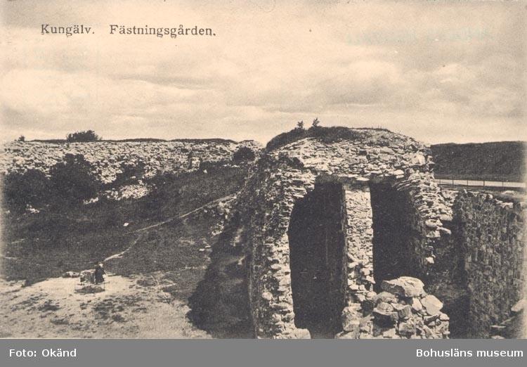 """Tryckt text på kortet: """"Kungälv. Fästningsgården"""".          ::"""
