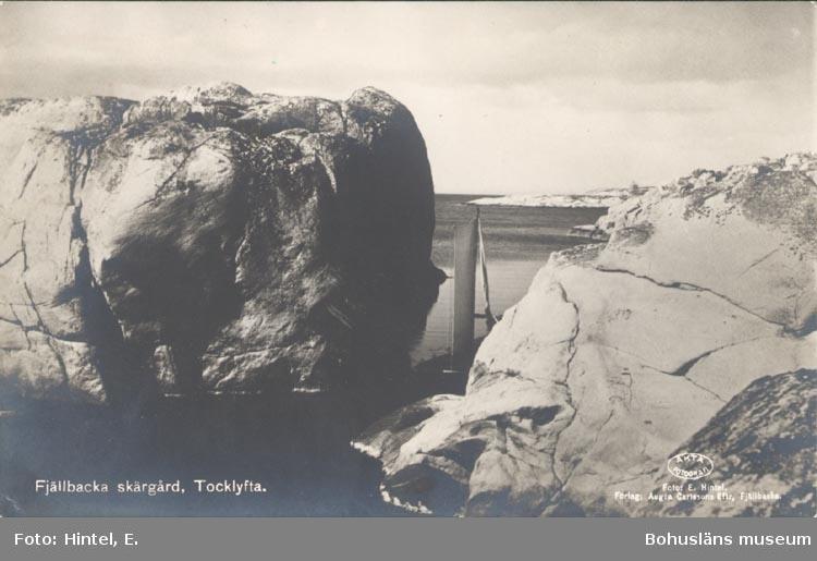"""Tryckt text på kortet: """"Fjällbacka skärgård, Tocklyfta"""". """"Förlag: Aug:a Carlsons Eftr. Fjällbacka""""."""