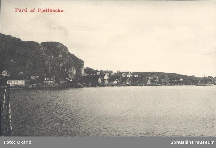 """Tryckt text på kortet: """"Parti af Fjellbacka""""."""
