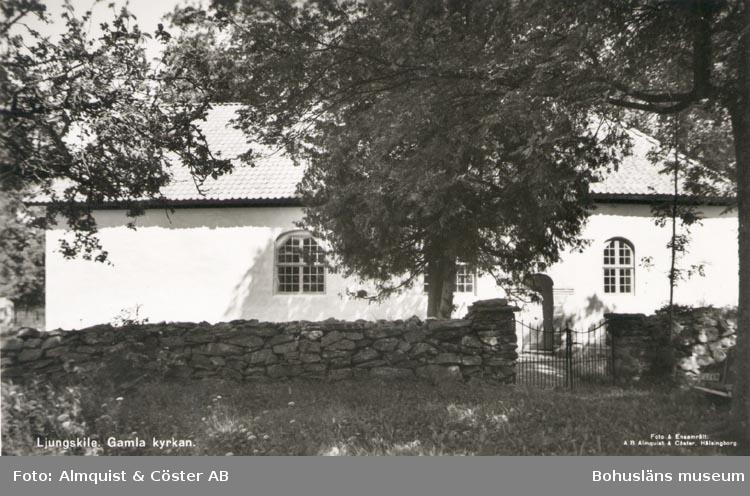 """Tryckt text på kortet: """"Ljungskile. Gamla kyrka"""". """"Förlag: Ljungskile Bok & Pappershandel""""."""
