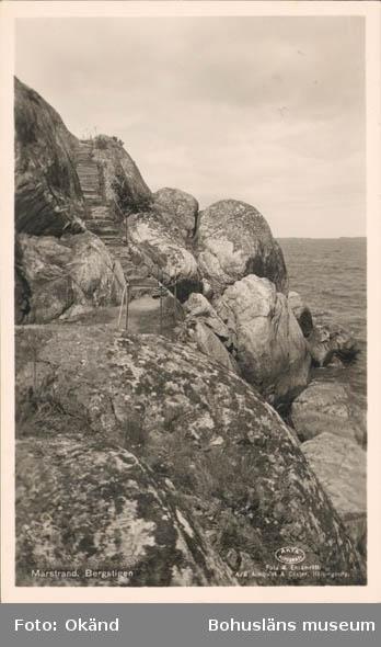 """Tryckt text på kortet: """"Marstrand. Bergstigen."""" """"Foto & Ensamrätt: A/B Almqvist & Cöster, Hälsingborg."""" """"Förlag: Axel Hellman, Marstrand."""""""