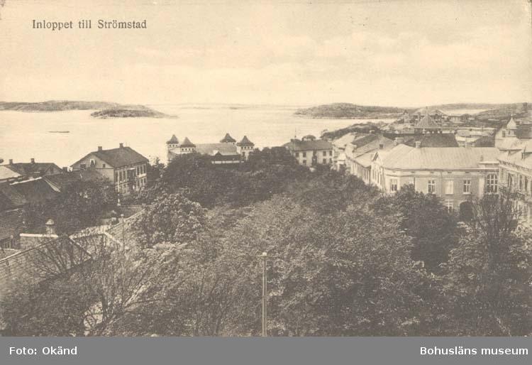 """Tryckt text på kortet: """"Inloppet till Strömstad.""""  """"Förlag: Larssons Bokhandel, Strömstad."""""""