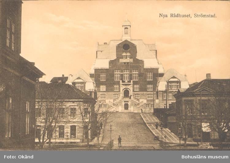 "Tryckt text på kortet: ""Strömstad. Nya Rådhuset.""  ::"