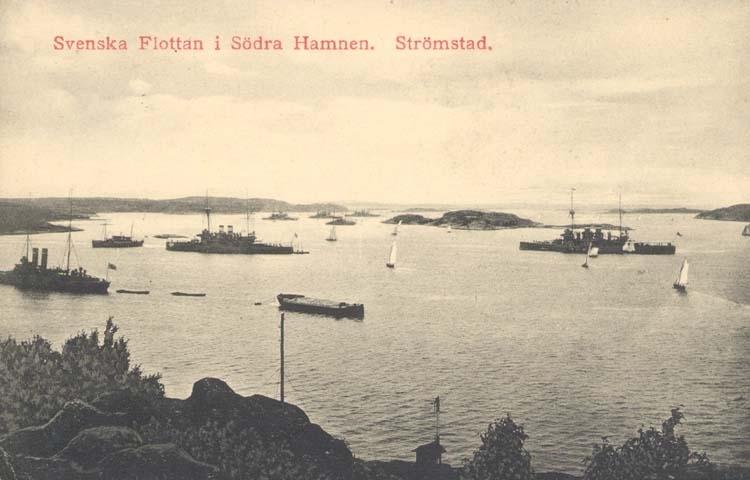 """Tryckt text på kortet: """"Svenska Flottan i Södra Hamnen. Strömstad."""" ::"""