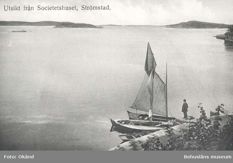 """Tryckt text på kortet: """"Utsikt från Societetshuset, Strömstad."""" """"Förlag: Frida Dahlgren, Garn- & Kortvaruaffär, Strömstad."""""""