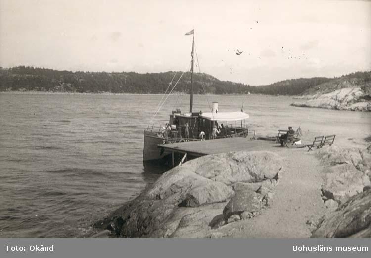 """Noterat på kortet: """"Styrsö."""" """"Ångbåtsbryggan.""""  """"Foto Nord. Konst. 6001/25."""""""