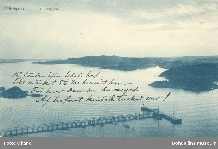 """Tryckt text på kortet: """"Uddevalla. Oljebryggan."""" """"Förlag: Uddevalla Musikhandel."""""""