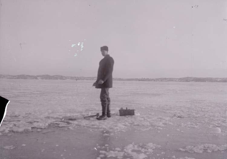 """Enligt text som medföljde bilden: """"Axel Lindebäck på fiske (isen) febr/mars 1917""""."""