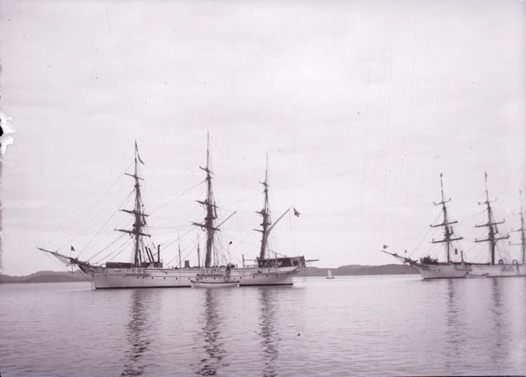 """Enligt text som medföljde bilden: """"Lysekil, Öfningsskeppen Najaden och Jarramas på Gullmaren."""""""