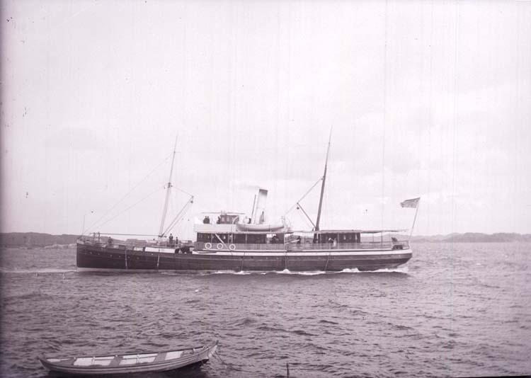 """Enligt text som medföljde bilden: """"Lysekil, Ångaren """"Uddevalla"""" 28/8 1901."""""""