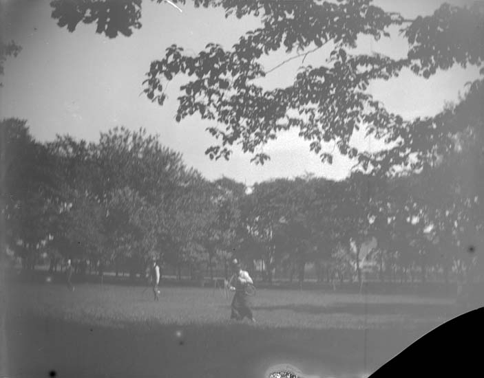 """Enligt text som medföljde bilden: """"Lysekil. Lawntennisplan i parken. 1898""""."""