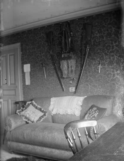 """Enligt text som medföljde bilden: """"Lindholmen. Interiör från Disponentbostaden 1897."""""""