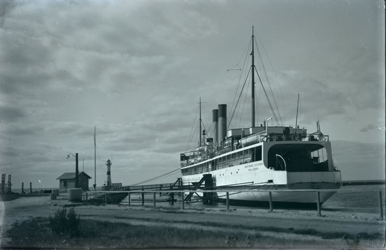 """Enligt text som medföljde bilden: """"Trelleborg. Ångfärja + hamnen 26/9 13."""""""
