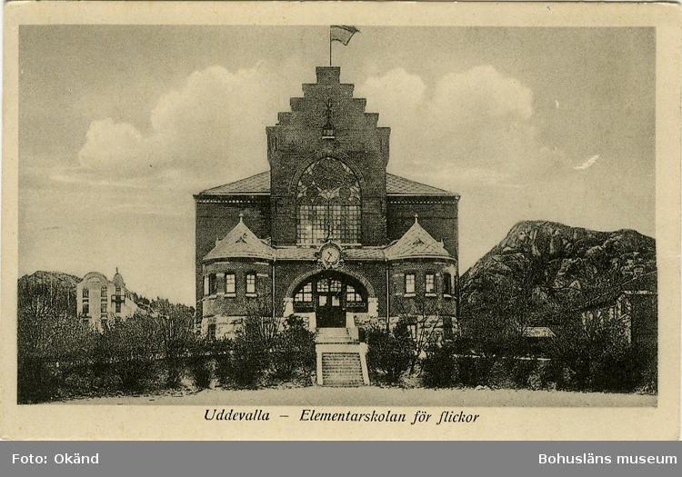 """Tryckt text på vykortets framsida: """"Uddevalla - Elementarskolan för flickor."""""""