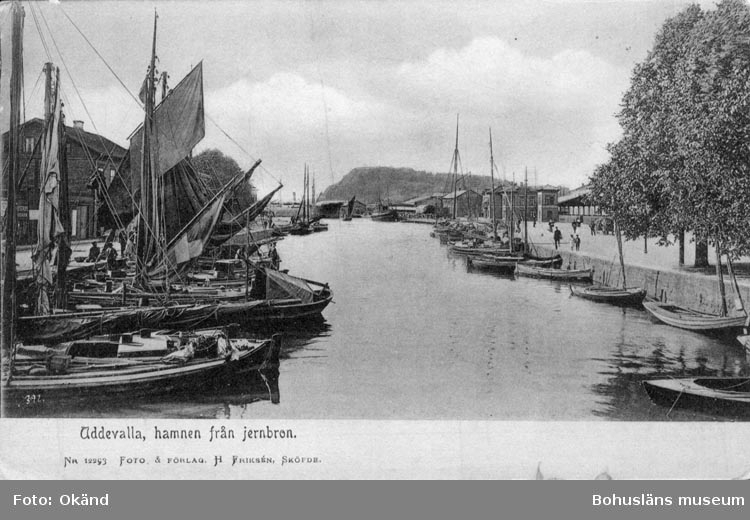 """Tryckt text på vykortets framsida: """"Uddevalla. hamnen från jernbron."""""""