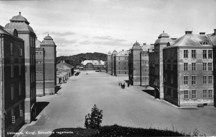 """Tryckt text på vykortets framsida: """"Uddevalla. Kungl Bohusläns regemente."""""""
