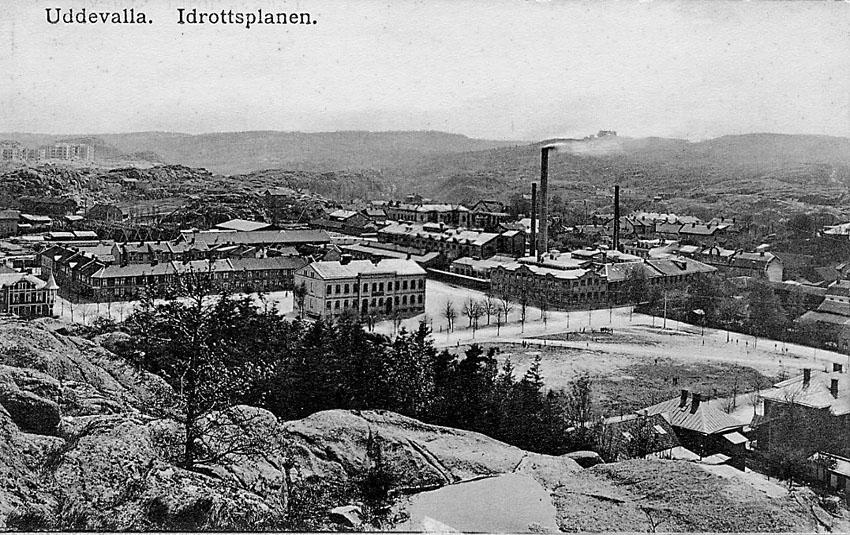 """Tryckt text på vykortets framsida: """"Uddevalla. Idrottsplanen""""."""