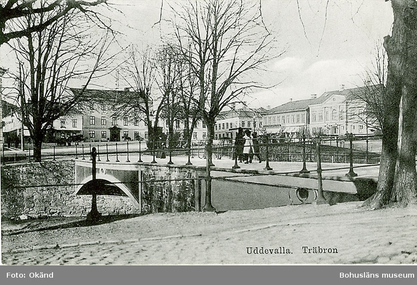 """Tryckt text på vykortets framsida: """"Träbron Uddevalla"""".  ::"""