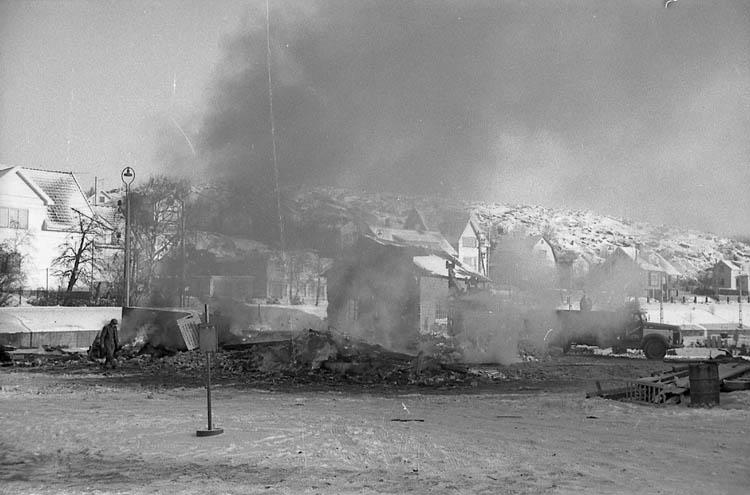"""Enligt fotografens notering: """"SJ lokstallar eldas upp i Lysekil""""."""